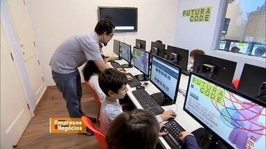 Empreendedores abrem escola de programação para crianças e adolescentes - Eles perceberam que o ensino de informática ganho a mesma impotância de aprender inglês. Para se destacar no mercado, num futuro não muito distante, todo mundo precisará falar a língua digital.