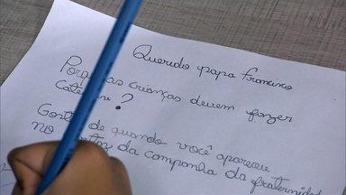 Papa Francisco responde pergunta de brasileira de 10 anos em livro - Meninas e meninos do mundo todo participaram de seleção para entrar em livro de cartas para o Papa. Vinte e quatro foram selecionadas.