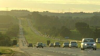 Rodovias da região de Itapetininga registram tráfego intenso no feriado - As rodovias da região de Itapetininga (SP) receberam 449.944 veículos durante o feriado prolongado de Páscoa, segundo a concessionária que administra as pistas, a CCR SPVias. O levantamento analisou o tráfego a partir da meia-noite de quinta-feira (24) até 17h de domingo (27). Ainda de acordo com a concessionária, 17 acidentes foram registrados no mesmo período e o índice foi acima do esperado.