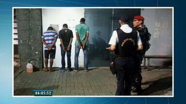 Três menores são apreendidos suspeitos de incendiar um ônibus em Caucaia - Polícia procura o quarto menor que também teria participado da ação.