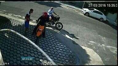 Câmera de segurança flagra assalto a entregador no Bairro Amadeu Furtado - Caso aconteceu no ultimo domingo (27)