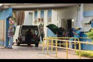 Repórter cinematográfico registra falta de maca em unidade de saúde em Uberlândia - A ambulância da Prefeitura chegou com um paciente em uma UAI, mas não tinha maca para levar. Depois, o veículo procurou outra unidade.