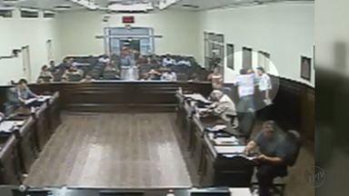 Presidente da Câmara é agredido durande sessão em Bebedouro, SP - Parlamentares votavam moção de repúdio contra a nomeação do ex-presidente Lula ao Ministério da Casa Civil.