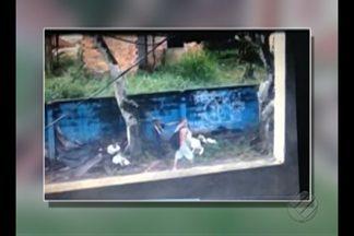 Vídeo flagra dupla de criminosos escolhendo vítimas no Conjunto Tapajós, em Belém - Bandidos se escondiam atrás de muro em terreno na rua principal do conjunto. Um dos suspeitos pula o muro e ataca vítima com celular.