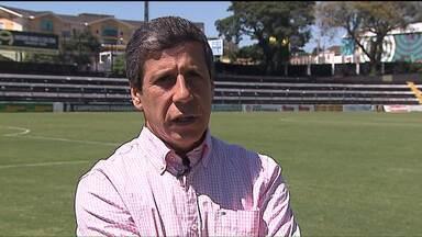 Atual campeão paranaense, Operário sofre com rebaixamento - É a primeira vez na história que o campeão de um ano cai para a segunda divisão no ano seguinte. Torcida reclama dos jogadores e dos erros da diretoria, que contratou quatro treinadores em onze jogos