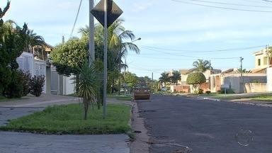 Mulher é surpreendida por bandidos ao chegar em casa, em Campo Grande - Ela foi rendida por assaltante com faca, teve a casa revirada e joias roubadas.