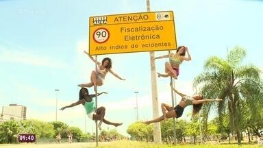 Placas de sinalização viram point de Pole Dance Street - Talitha Morete acompanha um grupo de meninas que pratica a modalidade no Rio de Janeiro