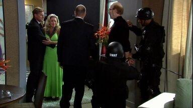 Mike é preso e Chiara consegue sair ilesa - O bandido declara que o casal poderia ter dado certo, antes de ser levado para a delegacia. A empresária acalma Duda e diz que está bem