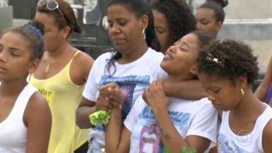 Muita tristeza no enterro de Ryan - Familiares e amigos se despediram do menino de quatro anos, morto depois de ser atingido no peito, por uma bala perdida, no domingo de páscoa, no Morro do Cajueiro.