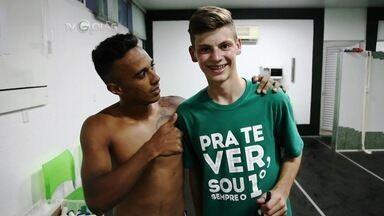 Garoto alemão fã do Goiás visita o clube e conhece o elenco - Julius Christmann, de 14 anos, é torcedor do Wolfsburg e está em Goiânia