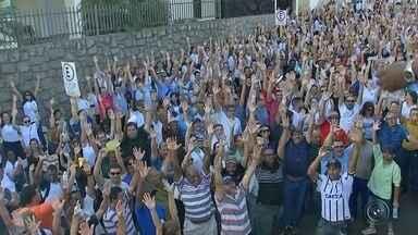 Servidores municipais de Bauru rejeitam proposta e greve continua - Os servidores municipais de Bauru (SP), que estão em greve há 14 dias, não aceitaram a proposta feita pela Prefeitura. Eles se reuniram em assembleia na manhã desta terça-feira (29) e votaram contra o fim da greve.