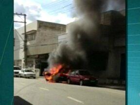 Pane elétrica em carro causa incêndio em Colatina, diz bombeiro, no ES - O motorista não ficou ferido. As chamas atingiram carro estacionado e a parte externa do prédio do Ciretran.
