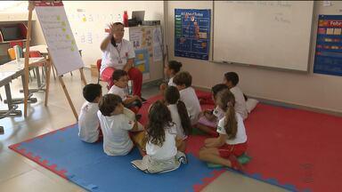 Crianças aprendem inglês e português ao mesmo tempo em Campina Grande - É o chamado ensino bilíngue.