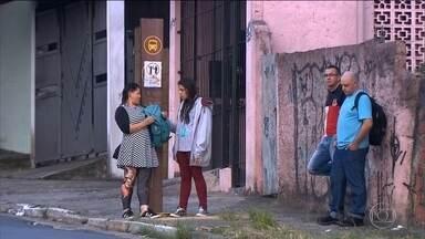 Placas alertam para o perigo de assalto em pontos de ônibus na Zona Leste da capital - O aviso está nos pontos de ônibus da Avenida Engenheiro Feijó Bittencourt, em Sapopemba. As plaquinhas foram coladas pelos próprios moradores da região.