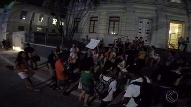 Grupo protesta contra aumento da passagem de ônibus em Juiz de Fora - Manifestantes impediram fluxo de veículos na Avenida Rio Branco.Reajuste de R$ 2,50 para R$ 2,75 começa a valer na segunda (4).