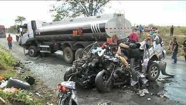Oito pessoas morrem em acidente entre caminhão e caminhonete em PE - No interior de Pernambuco, oito pessoas morreram em um acidente envolvendo um caminhão e uma caminhonete.um caminhão tanque que seguia de Juazeiro do Norte (CE) para Gravatá (PE) bateu de frente numa caminhonete na BR-232.