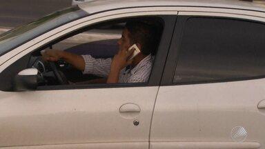 Celular no trânsito causa mais de 8 mil multas em Salvador - Multas foram aplicadas nos três primeiros meses de 2016; veja.