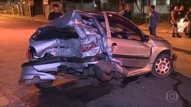 Avenidas viram pista para pegas de motos e carros em Porto Alegre - Na madrugada deste sábado (2), um motorista que estaria participando de uma disputa, provocou um acidente e duas pessoas que estavam na calçada ficaram feridas.