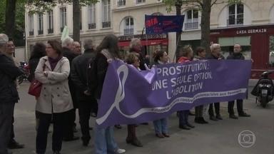 França aprova lei que imprime multa a quem pagar por sexo com prostitutas - Medida está gerando polêmica no país. Cliente será obrigado a frequentar curso sobre as condições de trabalho das prostitutas e dos garotos de programa.