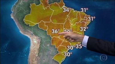 Previsão é de tempo abafado até o meio da próxima semana - A sexta-feira (8) será de muito calor em todo o Brasil. Em Corumbá (MS), a sensação térmica chegou aos 52ºC. Chove entre o centro-oeste de Mato Grosso do Sul, o Nordeste e o Norte. Tem chance de temporal no Rio Grande do Sul.