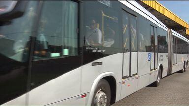 """Ônibus """"superarticulado"""" é testado na região de Curitiba - O veículo está sendo testado na linha que sai do Terminal do Pinheirinho, em Curitiba e segue direto até Fazenda Rio Grande"""
