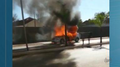 Carro pega fogo na manhã deste sábado (9) em Ituverava, SP - Caminhão-pipa da Prefeitura foi acionado para apagar o incêndio na estrada.