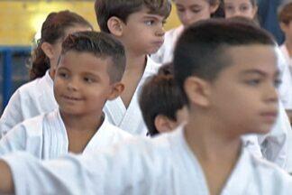 Kyokushin luta no ginásio do Clube Náutico, em Mogi, neste domingo - Atletas do interior de São Paulo e da capital participam da 17º edição do torneio da amizade.