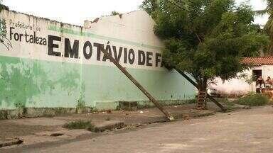 Muro de escola cai no Jardim Iracema em Fortaleza - Prefeitura prometeu resolver o problema nesta segunda-feira.