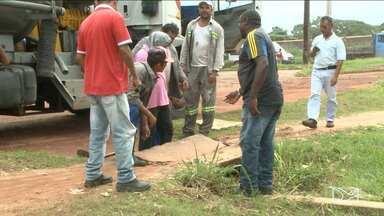 Trabalhadores iniciam reparos em rua de bairro de São Luís após exibição de matéria - Trabalhadores iniciam reparos em rua de bairro de São Luís após exibição de matéria.