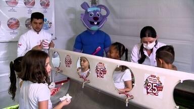 Virada da Saúde ensina crianças e adultos a viverem melhor - No Parque Vila Lobos, houve diversas atividades para a prevenção de doenças na Virada da Saúde. Crianças aprenderam dicas para escovar melhor os dentes.