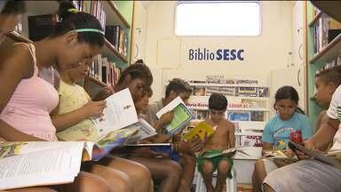 Crianças tem acesso à leitura através de biblioteca itinerante em Campina Grande - Mais de 1500 obras ficaram disponíveis para leitura no Bairro das Malvinas. A iniciativa é de um projeto desenvolvido pelo Sesc Campina Grande