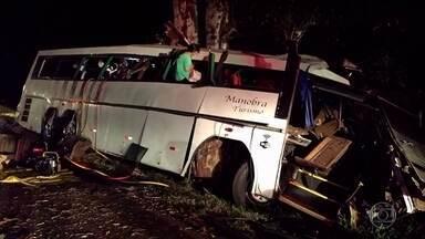 Tentativa de assalto a ônibus de sacoleiros termina em tragédia no Paraná - Dez pessoas morreram depois que o motorista perdeu o controle da direção ao tentar escapar dos assaltantes e bateu contra uma árvore. O acidente aconteceu por volta das duas horas da madrugada na BR-369 em Mamborê, centro-oeste do estado.