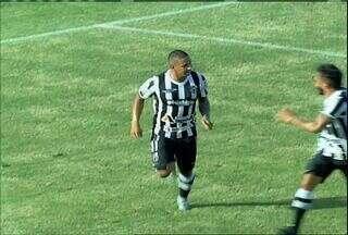 Aos 15, Rafael Costa, de pênalti, abre o placar para o Ceará - Rafael Costa bate rasteiro e manda no canto direito do goleiro Alex.