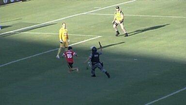 Torcedor invade o Serra Dourada no jogo entre Atlético-GO e Anapolina - Torcedor da Anapolina chega a chutar uma bola no segundo tempo até atravessar o gramado e ser contido pela polícia.