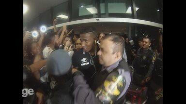 Casaca, furto de boné e atraso: Vasco é recebido por multidão em Manaus - Torcedores foram até o aeroporto e fizeram a festa para os jogadores vascaínos
