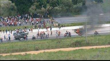 Integrantes do MST realizam protesto na manhã de hoje na Paraíba - Os manifestantes fecharam um trecho da BR101 que liga os estados da Paraíba e Pernambuco.