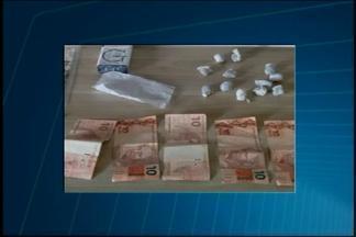 Três são detidos por tráfico de drogas em Araxá - Suspeitos foram encaminhados para delegacia. Polícia também apreendeu buchas de maconha, dinheiro e DVDs.