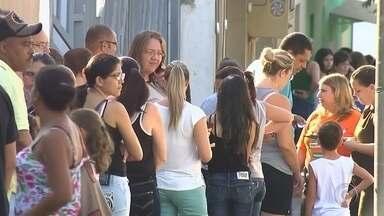 Moradores passam a noite em fila aguardando vacina contra H1N1 - Uma fila se formou em frente ao prédio de uma clínica particular em Ibitinga (SP) desde a noite de quinta-feira (14). Os moradores da cidade estão em busca da vacina contra o vírus H1N1 e ainda aguardam na fila nesta sexta-feira (15).