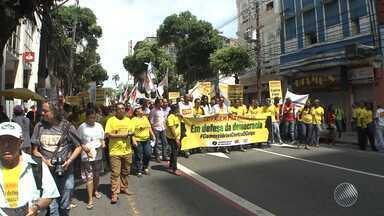 Movimentos sindicais fazem caminhada no centro da capital baiana - Grupo fez manifestação em defesa da democracia e contra o pedido de impeachment da presidente Dilma Rousseff.