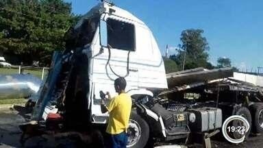 Duas carretas batem na Dutra em Guará - Motoristas ficaram levemente feridos.