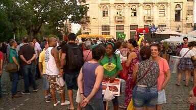 Grupo a favor da presidente Dilma se reúne em frente à prefeitura de Pelotas, RS - De acordo com a Brigada Militar, cerca de 300 pessoas participam do ato.