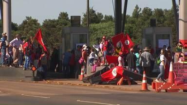 Integrantes do MST fazem protesto à favor do governo e fecham rodovias no Paraná - As manifestações aconteceram em rodovias federais e estaduais. Em Cascavel o protesto foi na praça de pedágio na BR-277.