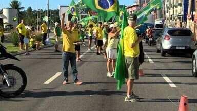 Manifestações pró-impeachment deixam trânsito lento na Grande Vitória, no ES - Segundo a organização, 60 pessoas em Vila Velha, Vila Rubim, Camburi e Ufes participaram da manifestação. A Polícia Militar não informou quantas pessoas participaram do protesto.