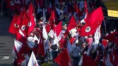Militantes do MST fazem protestos contra o impeachment - Em Pernambuco, manifestantes fecharam oito pontos de rodovias. No interior de SP, grupo interditou a BR-153 na praça de pedágio.