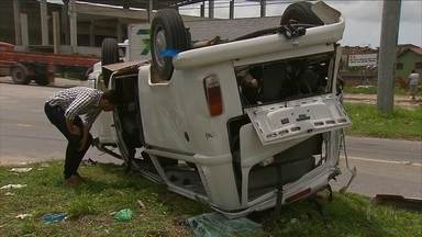 Acidente entre ônibus e Kombi deixa feridos na BR-101 Norte, em Igarassu - Kombi é de uma empresa de engenharia e estava levando funcionários.