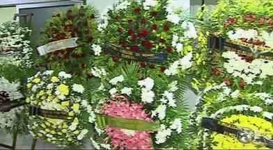 Corpo do jornalista Marcolino Junior é enterrado em Caruaru - Colunista social desapareceu sábado foi achado morto na segunda-feira (18).