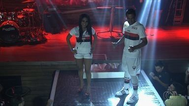 Atlético-GO lança novo uniforme em festa de gala - Evento em boate de Goiânia conta com presença de jogadores, dirigentes e modelos.