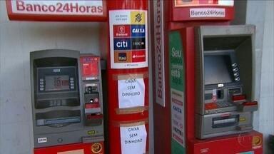 População enfrenta dificuldades para sacar dinheiro e fazer operações em caixa eletrônico - Vigilantes entraram em greve e pedem reajuste salarial.