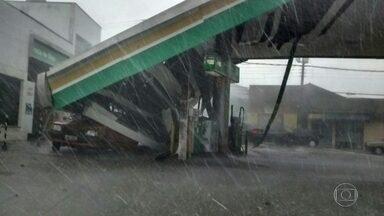 Chuva contraria previsão dos meteorologistas e cai forte no fim da tarde - Chuva forte pegou muita gente de surpresa agora há pouco. E, em alguns pontos, deve complicar a saída pro feriadão. O Centro de Gerenciamento de Emergência informou que choveu em Embu-Guaçu, Juquitiba e São Lourenço.