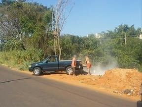 Telespectador flagra homens jogando entulho em terreno - Material pode servir de criadouro para o mosquito da dengue.